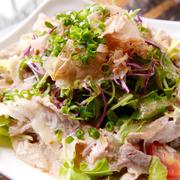 """沖縄特産品の「紅芋」をふんだんに使用した、うら庭特製「紅芋ポテトサラダ」がどっさりトッピング!ヨーグルトも入っているので""""クリーミー&サッパリ""""な味わいに。"""