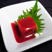 プルプルな食感が楽しめる沖縄独自の豆腐。本土では、おぼろ豆腐、寄せ豆腐とも言われています。