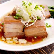 時間をかけて煮込んだ三枚肉はとろとろ。温泉玉子をつけてお召し上がりください。