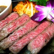 沖縄本島本部で飼育されている【もとぶ牛】が、ついに当店に登場!特製香味野菜ソースでどうぞ。 100g1,990円(税込)/200g3,800円(税込)