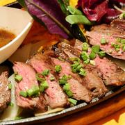 牛1頭からわずか2~3kgしかとれない貴重な部位。適度な脂とやわらかい肉質。ヘルシーで上質な味が楽しめるハラミステーキをご賞味ください!100g1,400円/200g2,800円