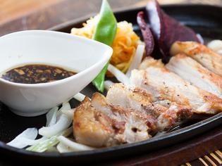 肉は県産のあぐー豚、もとぶ牛。魚は沖縄近郊で獲れたものを使用