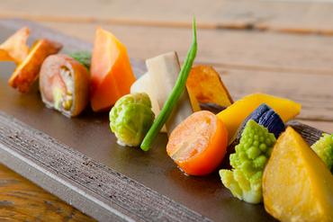 「北海道の今」を伝える15品。野菜から四季を愉しむ『季節の野菜の盛り合わせ』