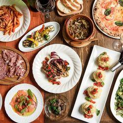 前菜盛り合せは豪華7種類、選べるパスタなど少しずつ色々食べたい女性の願いがたっぷり詰まったコースです