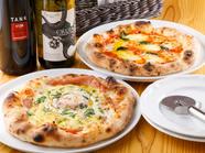 ナポリ風の窯焼きピッツァ『モッツァレラのマルゲリータ』と『モルタデッラソーセージと半熟卵のピッツァ』