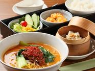 『イケ麺セット』は担々麺or豚骨ラーメン、小ライス、本日の一品、サラダ、点心、デザート