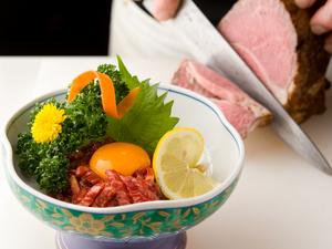凝縮された肉の旨みと、レアな食感を堪能できる『ローストユッケ』
