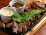 熱々の鉄板で、最後まで美味しい『本日のステーキ5種盛り合わせ 2~4名様 各50g/4~6名様 各100g』