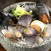 さまざまな貝の饗宴! 酒蒸しされた貝の旨みが存分に味わえる『魚ピンのいろいろ貝風呂』