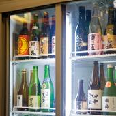日本酒を始め、豊富に取り揃えられた珍しいお酒の数々を味わえる