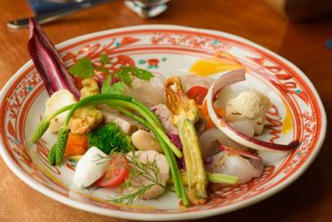 石川県の味覚を10種類以上の料理として味わえる『はっち 前菜盛り合わせ』
