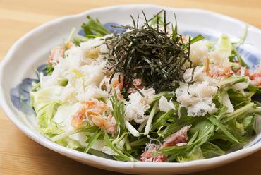 新鮮な野菜とズワイガニの旨みのコラボレーションが楽しめる『蟹サラダ』
