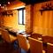 看板メニューの様々な肉料理を引き立てる豊富なワイン