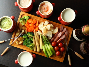 アツアツのチーズと新鮮な温野菜を『温野菜のチーズフォンデュ』