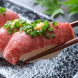 和牛炙り肉寿司21種を含んだ食べ飲み放題!前菜やサラダ、肉料理まで全て食べ放題!
