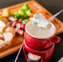 濃厚チーズフォンデュ10種を含んだ食べ飲み放題!前菜やサラダ、肉料理まで全て食べ放題!