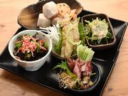 旬の食材を使って毎日お店で炊いてつくるおばんざいを盛り合わせで。魚は厳選仕入れ、野菜も市場などで仕入れられており、季節や仕入れ状況で異なる内容が楽しみ。
