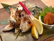 魚は全て1本で仕入れるため、刺身を盛り合わせたり、カマ、アラ、ハラスなどを塩焼きに。鯛、縞鯵、寒八など、厳選された魚介の旨みが味わえる、お酒と相性抜群のご馳走です。