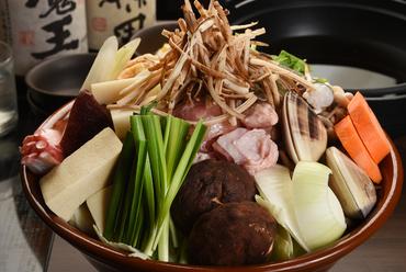 出汁に鶏と野菜の旨味が絡み合う、相撲部屋直伝の伝統の味を再現した本格的な『醤油ちゃんこ鍋』