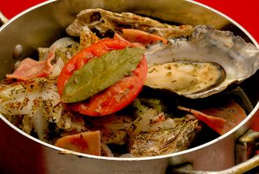 野菜・ベーコン・白ワインと共に一気に蒸しあげ!それぞれの旨みが贅沢に詰まった『牡蠣バケツ』
