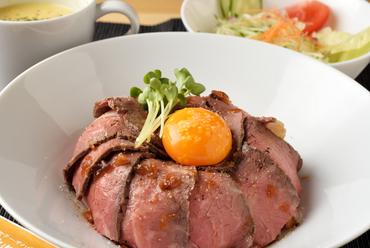 美しいローズ色に仕上げられた『ローストビーフ丼(コーンスープ付)』