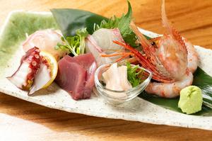 松山でも珍しい「瀬戸内産の穴子の刺身」が入ることも!『朝獲れ鮮魚の刺身盛り合わせ』