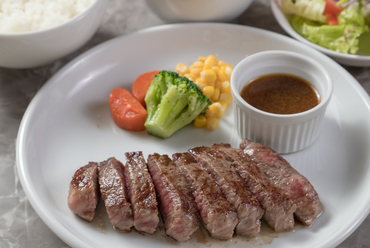 肉本来の旨みを堪能できる『もとぶ牛ももステーキセット』
