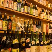 ビール、日本酒、カクテルなど、豊富に取り揃えられたお酒。中でも目を引くのが60種以上の黒糖焼酎の品揃えです。ずらりと並べられた焼酎のボトルは圧巻の眺め。自分好みの味を探してみませんか。
