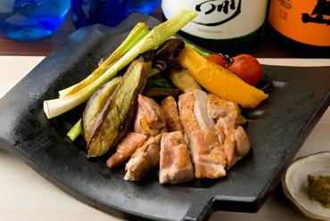遠赤外線効果で素材の旨みが引き立つ『瓦焼き 旨鶏もも焼き&京野菜おまかせ焼き』
