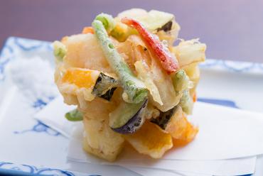 肉厚にカットした野菜が人気の『かき揚げ』
