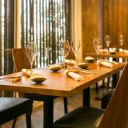 オリーブの木に守られた【リヴィエール キャレ】は、内観にも木がふんだんに使われており落ち着いた雰囲気。道行く人からは、室内を見ることができないように配慮されています。