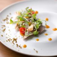 川口シェフの中には、自慢の一品という概念はありません。なぜなら全ての料理は、その時季に手に入れられた食材を使いつくるから。食材が違えば、おのずと料理も異なります。(画像は一例。秋鯖 黄金桃)