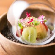 魚介類は神戸市内の中央卸売市場へ買い付けに。野菜は県内産をベースにして。とっておきのフルーツは、無農薬・減農薬で栽培されている果樹農家から直送で。季節の味を楽しめます。