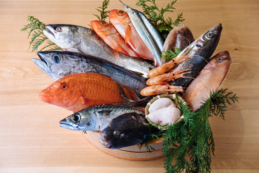 高校時代からの夢を実現し、旬の上質な魚介類を提供