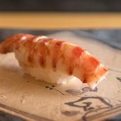 シャリとの温度差を考え尽くし、美味しく食べられるベストな状態で提供される『クルマエビ』