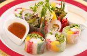 特選ズワイガニと新鮮な地物野菜を、モチモチの生春巻きで包んだ、サラダ感覚の一皿。一緒についてくる和風・洋風の2種類のソースでいただきます。