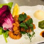 ムール貝は、柔らかな歯ごたえが魅力。繊細なアロマを活かすため、ワインと水だけで蒸し上げます。アクセントの黒コショウは、本場ナポリの店先から漂う定番の薫りと同じです。