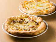 人気パン屋の生地と北海道産チーズが海を越えてコラボ『はやきたチーズのクワトロピッツァ(3~4人前)』