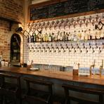 壁一面にセットされた33個のタップから、こだわりの樽生クラフトビールが注がれるさまは圧巻。「このビールはどんな味?」と、気さくなスタッフとの会話の中でお気に入りの味を見つけましょう。