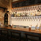 壁一面にセットされた33個のタップでクラフトビールをサーブ!