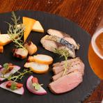 自家製の燻製は、明太子、チーズ、鯖、鴨胸肉、タコ、ホタテの6種類。このうち5つを日替わりで提供す。桜のチップでスモークしているので香りがよく、味わい濃厚なクラフトビールとの相性が抜群です。