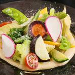 北海道を中心にした旬の野菜をたっぷり味わえる一品。クリーミーな冷製ソースが野菜の風味を引き立てます。