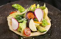 旬の北海道の野菜を味わう『彩り野菜 バーニャフレッタソース』