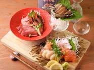 鮮度抜群の魚介に舌鼓!『市場直送 新鮮鮮魚の板盛り』