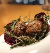 人気のサルシッチャと椎茸のローストを猪バージョンで新たにご用意しました。肉々しくジューシーな仕上がりで現在1番リピートの多い自信の一品です。