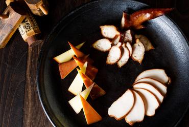 桜チップとリンゴチップにざらめを使い店舗で燻製『自家製スモークチキンとスモークチーズの盛り合わせ』
