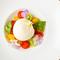 色美しい季節野菜と味わう『ブッラータチーズのカプレーゼ』