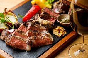 食する人たちを満足へと導いてくれるボリューム『U.SフィレとサーロインのTボーンステーキ』