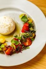 チーズ好きを納得させる『生クリームを包んだモッツァレラチーズ フレッシュトマトと季節のフルーツ』