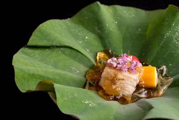 清涼感のある見た目と冷たい食感を楽しめる『夏野菜 美味出汁ジュレがけ』